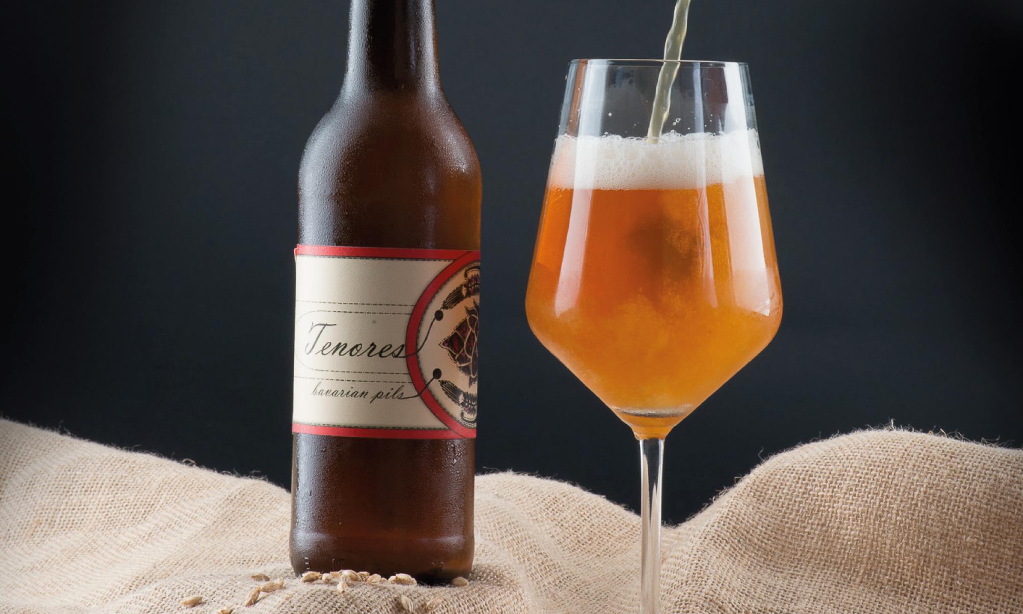 Fotografia di bottiglia di birra artigianale ghiacciata